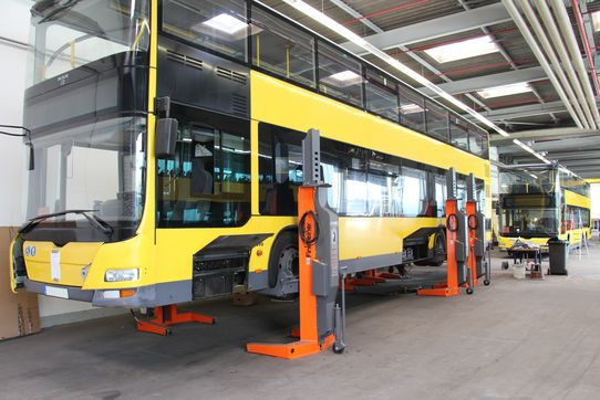 Mobile column lifts EHB907V11DC in use at a public bus depot