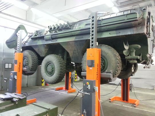 Finkbeiner mobile hoist EHB707 also suitable for military vehicles such as armored cars