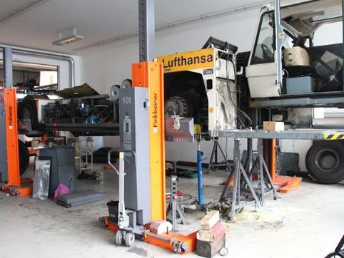 Typical use at a workshop for airport vehicles, 4 mobile columns EHB710V16-wireless, capacity 4 x 10 t